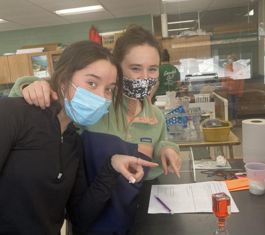 Juniors Iris Oliveras and Annalise Marchessault in the new Oceanography class.